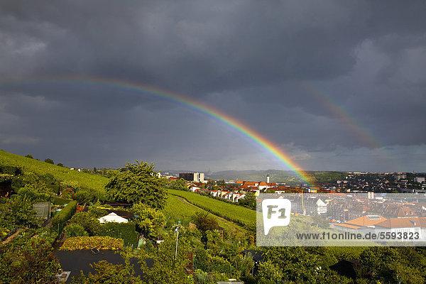Deutschland  Würzburg  Stadtansicht mit Sturmwolken und Regenbogen