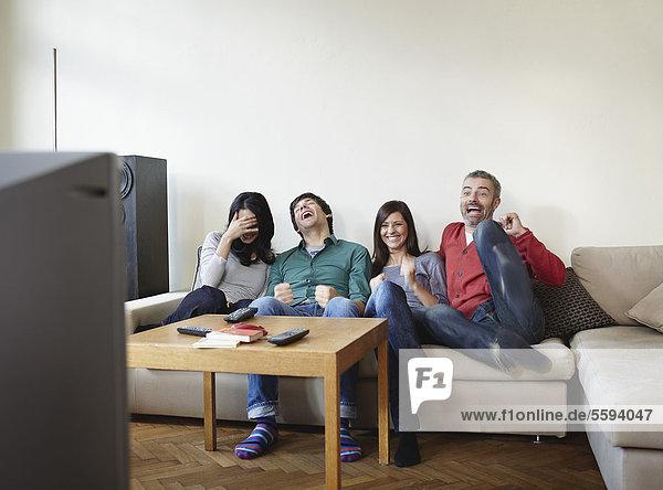 Mann und Frau beim Fernsehen  lächelnd