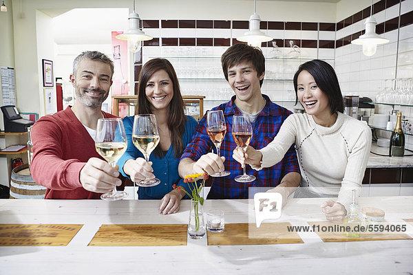 Mann und Frau bei Wein  lächelnd  Portrait