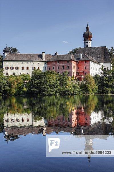 Deutschland  Bayern  Oberbayern  Region Rupertiwinkel  Gebäudeansicht mit Hoeglwoerther See