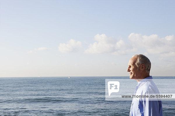 Spanien  Mallorca  Senior Mann am Meer stehend
