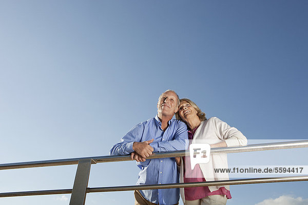 Spanien  Mallorca  Seniorenpaar schaut weg  lächelnd
