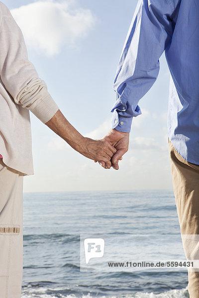Spanien  Mallorca  Seniorenpaar hält Händchen