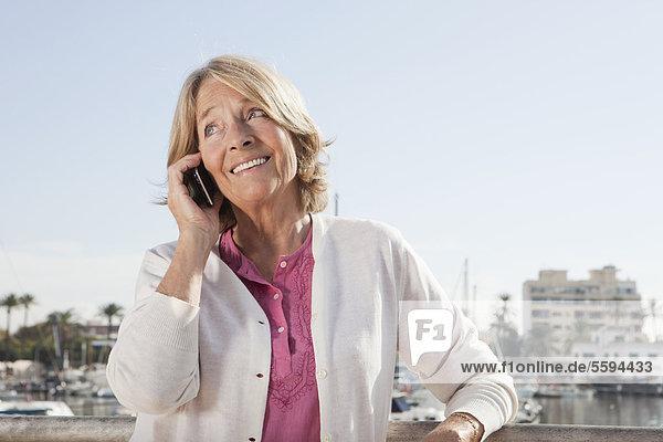 Spanien  Mallorca  Palma  Seniorin am Telefon  lächelnd