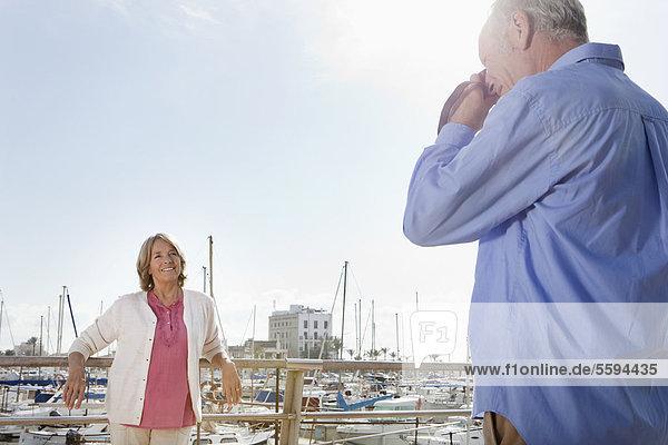 Spanien  Mallorca  Palma  Senior Mann fotografiert Frau im Hafen