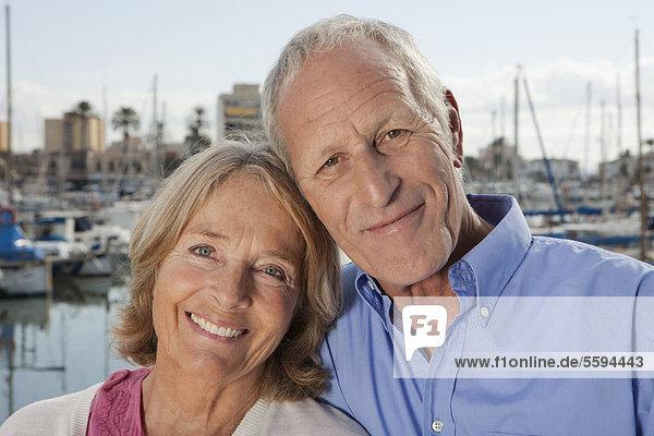 Spanien  Mallorca  Palma  Seniorenpaar im Hafen  lächelnd  Portrait
