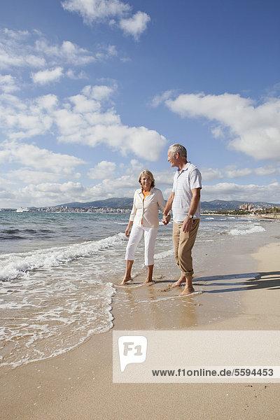 Spanien  Mallorca  Seniorenpaar am Strand  lächelnd