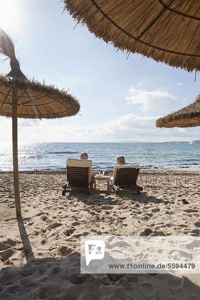 Spanien  Mallorca  Seniorenpaar auf Liegestuhl am Strand