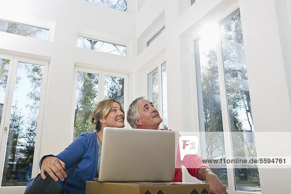 Deutschland  Bayern  Grobenzell  Paar mit Laptop  lächelnd