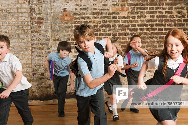 Schulkinder laufen