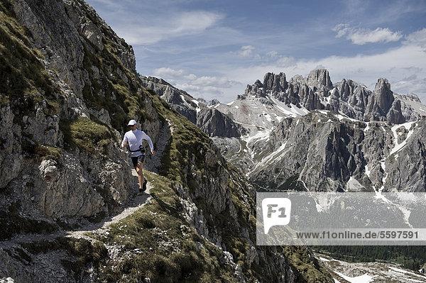 Frau wandert in den Dolomiten  Südtirol  Italien