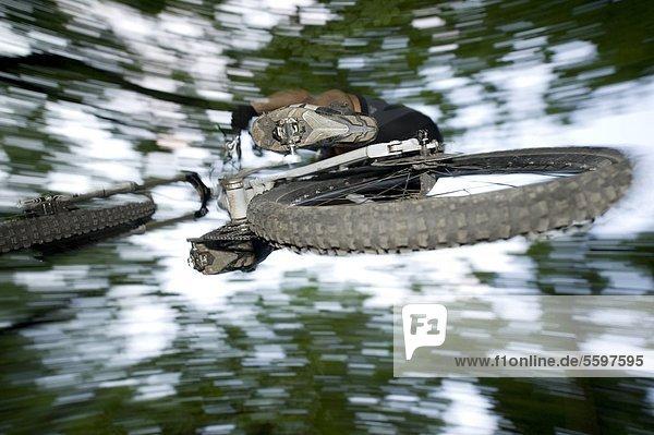 Mountainbiker schwebt in der Luft  Südtirol  Italien