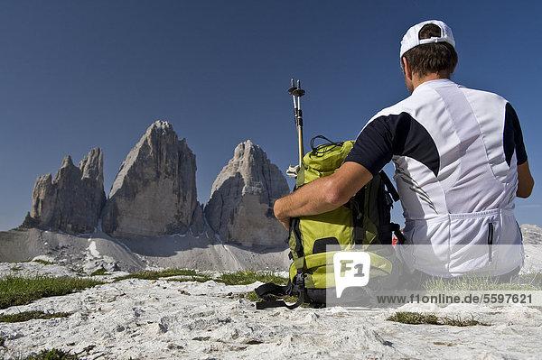 Wanderer vor den Drei Zinnen  Dolomiten  Südtirol  Italien