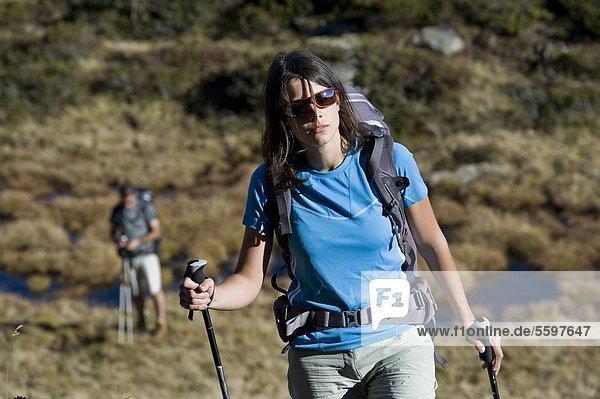 Zwei Wanderer in den Dolomiten  Südtirol  Italien