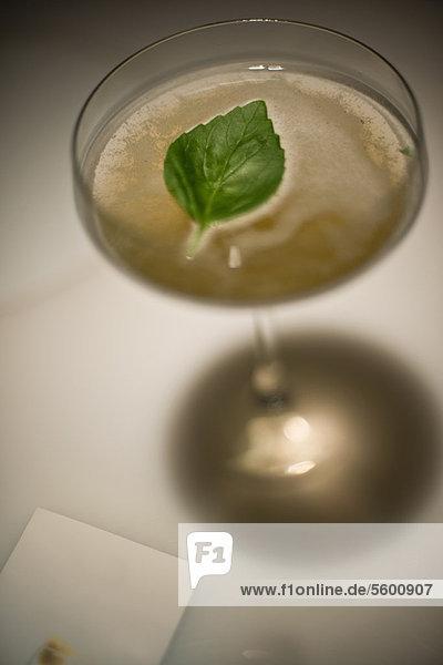 Nahaufnahme des Minzblattes im Cocktail