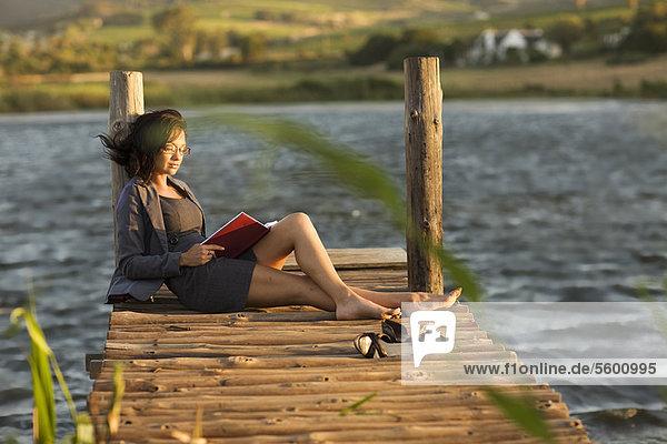 Frau  Buch  Dock  Taschenbuch  vorlesen