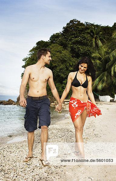 Zusammenhalt  lächeln  gehen  Strand