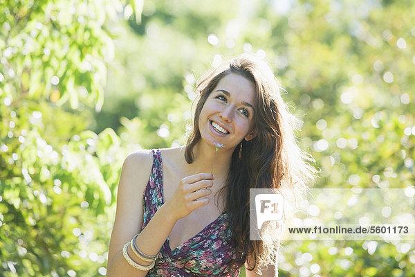 Außenaufnahme  stinken  Jugendlicher  Blume  Mädchen  freie Natur  riechen