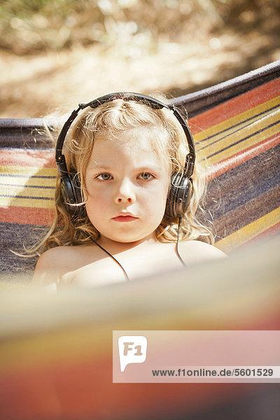 Außenaufnahme  zuhören  Kopfhörer  Mädchen  freie Natur