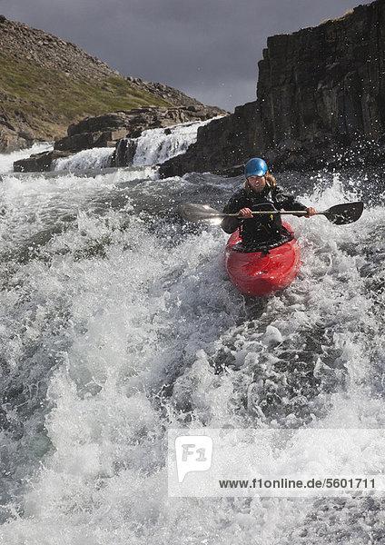 Mann  Felsen  über  Kanu  Wasserfall