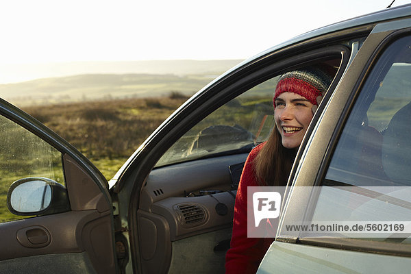sitzend  Frau  lächeln  Auto