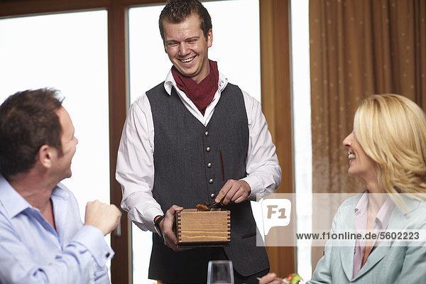 Mensch Menschen geben Cafe Business Kellner