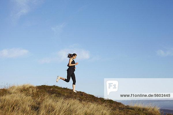 Frau  die auf dem Land rennt