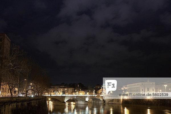 hoch  oben  beleuchtet  Nacht  Brücke