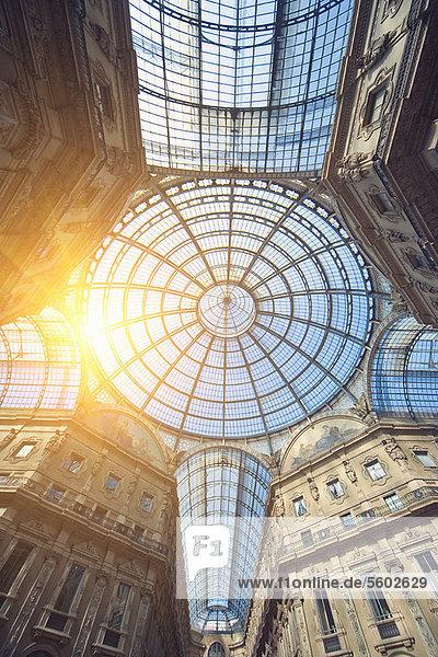 Sonne glänzt durch kunstvolle Glasdecke