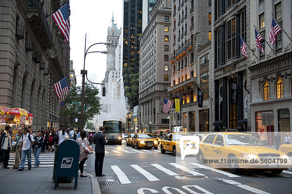 Verkehr bei Dämmerung  gelbe Taxis  Yellow Cabs  5th Avenue  Midtown  Manhattan  New York City  USA  Nordamerika  Amerika