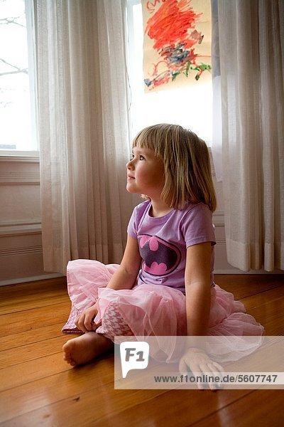 sitzend 4 sehen Boden Fußboden Fußböden Wohnhaus lila Hemd pink Blick in die Kamera Mädchen Kleid alt Jahr