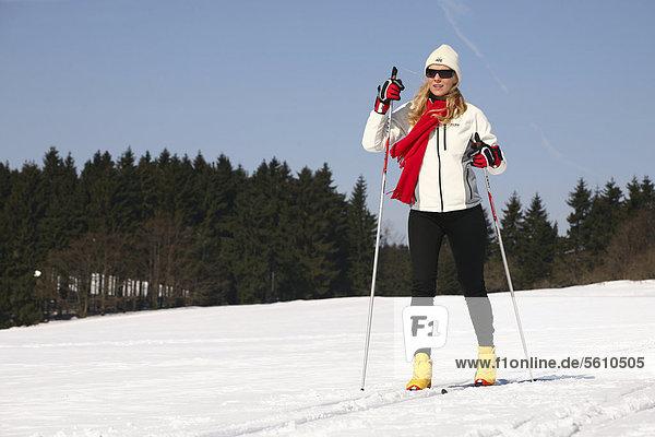 Junge Frau  etwa 25 Jahre  beim Skilanglauf  bei Masserberg  Thüringer Wald  Thüringen  Deutschland  Europa