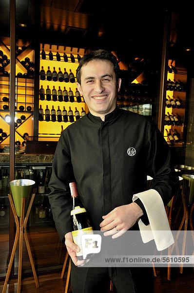 Kellner mit Weinflasche im Restaurant Chinar  Baku  Aserbaidschan  Kaukasus  Vorderasien