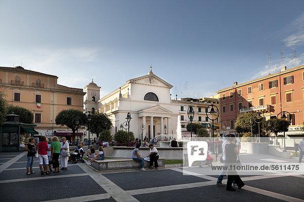 Die Einheimischen sammeln sich am Abend in der Piazza Pia  Anzio  Latium  Italien  Europa