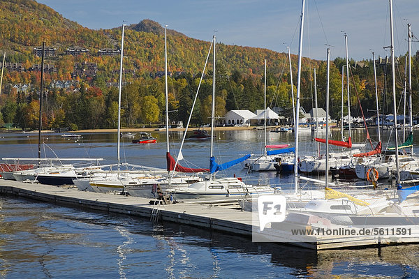 Yachthafen am Mont-Tremblant See im Herbst  Laurentians  Quebec  Kanada