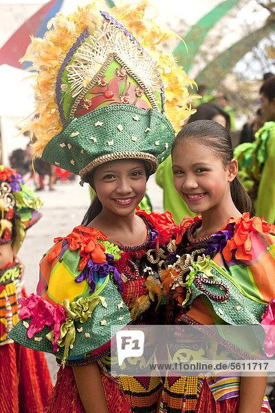 Tänzerinnen beim Pasinaya 2012 Folklore Festival im Cultural Center of the Philippines  Manila  Philippinen  Asien