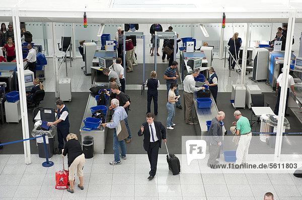 Sicherheit  Kontrolle  Sicherheitskontrolle  Fluggastkontrolle  Röntgengeräte  Luftverkehr  Flughafen München  Oberbayern  Bayern  Deutschland  Europa