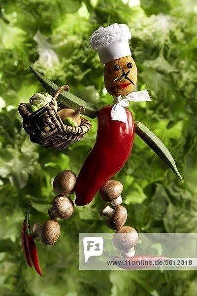 Gemüsefigur mit Kochmütze und Einkaufskorb Gemüsefigur mit Kochmütze und Einkaufskorb
