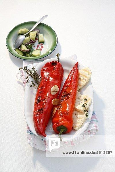 Gegrillte Spitzpaprika mit Halloumi und Gurkensalat Gegrillte Spitzpaprika mit Halloumi und Gurkensalat