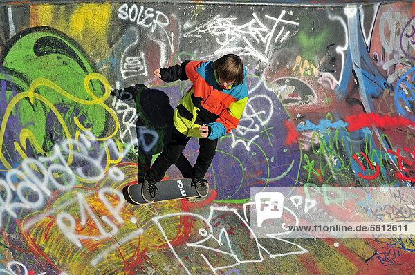 Zwölfjähriger Skater in einer Skateboardbahn  Bowl  Brüssel  Belgien  Europa  ÖffentlicherGrund
