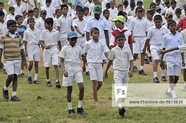 Jungen in weißer Schuluniform  Galle  Sri Lanka  Ceylon  Asien  ÖffentlicherGrund