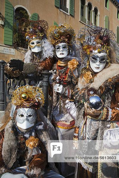 Maskierte Leute mit Weihnachtsschmuck auf dem Kopf,  Karneval in Venedig,  Venetien,  Italien,  Europa