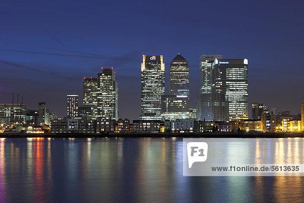Europa Finanzen Nacht Großbritannien London Hauptstadt Kai Wellensittich Melopsittacus undulatus Ortsteil England