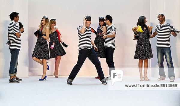 Junge Frauen und Männer  Models performen bei der Frühlings- und Sommer-Modeschau 2012 im Pilatusmarkt in Kriens  Luzern  Schweiz  Europa