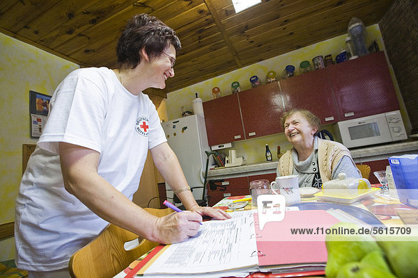 Ambulante Pflege des Deutschen Roten Kreuzes  Pflegeschwester Anke Lehmann bereitet das Frühstück für eine Herzinfarktpatientin  Treuenbrietzen  Brandenburg  Deutschland  Europa