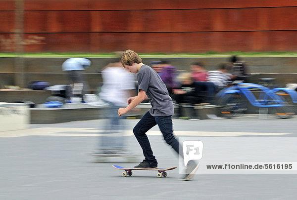 Elfjähriger Skater  Skatepark an der Südbrücke  Köln  Nordrhein-Westfalen  Deutschland  Europa  ÖffentlicherGrund