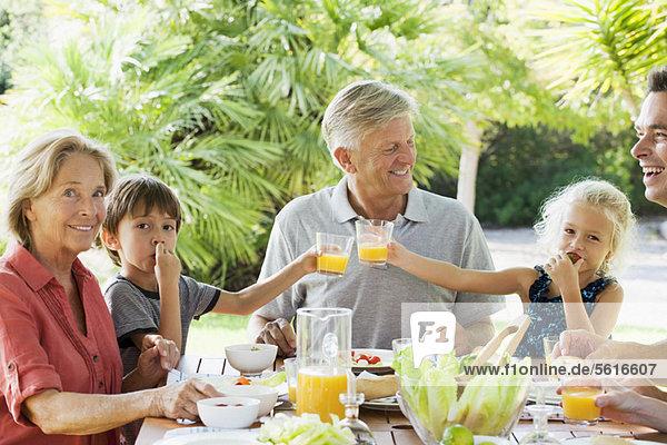 Mehrgenerationen-Familie beim Essen im Freien