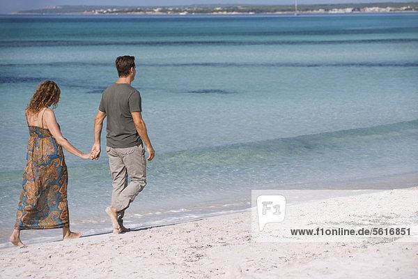 Könnte man am Strand spazieren gehen und Händchen halten.