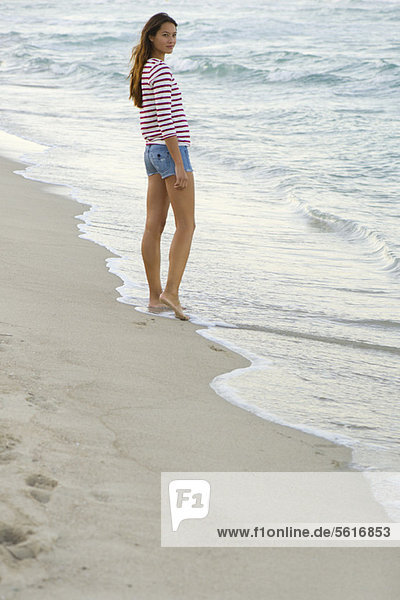 Junge Frau am Strand stehend
