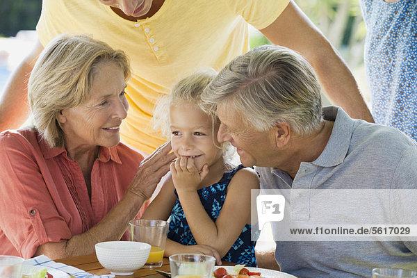 Mädchen und Großeltern  beschnitten